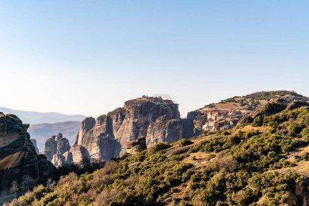 Photo pour Formations rocheuses avec monastère près des montagnes en meteora - image libre de droit