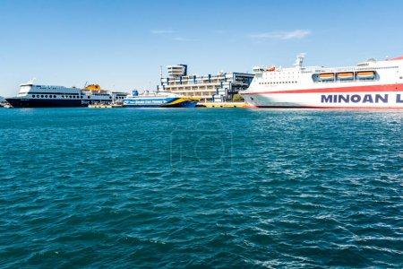 Photo pour PIRAEUS, GRÈCE - 10 AVRIL 2020 : grands ferries avec lettrage en mer Égée - image libre de droit