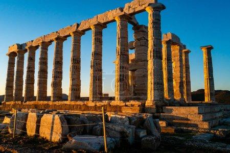Photo pour Lumière du soleil sur les anciennes colonnes de parthénon à athens - image libre de droit