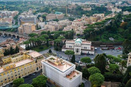 Photo pour Vue sur la ville vaticane avec ses bâtiments anciens et son parc vert - image libre de droit