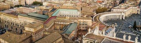 Photo pour Concept horizontal de piazza San Pietro avec des bâtiments historiques dans la Cité du Vatican - image libre de droit