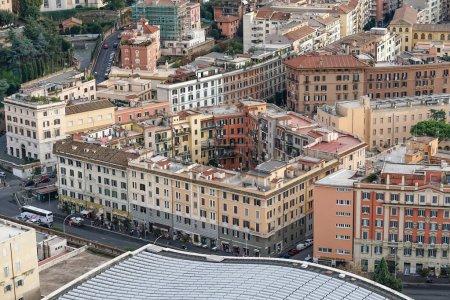 Photo pour VILLE DE VATICAN, ITALIE - 10 AVRIL 2020 : maisons et bâtiments anciens près de la place st peters - image libre de droit