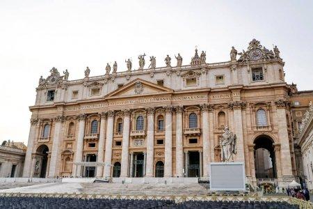 Photo pour VILLE DU VATICAN, ITALIE - 10 AVRIL 2020 : ancienne basilique st peters avec statues sur le toit - image libre de droit