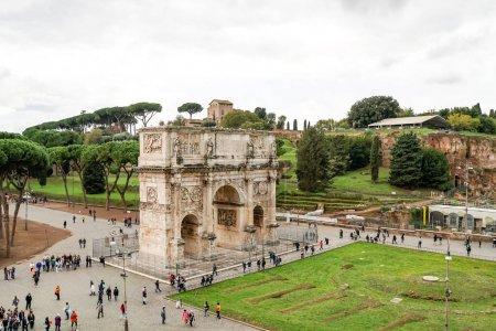 Photo pour ROME, ITALIE - 10 AVRIL 2020 : les gens marchent près de l'ancien arc de titus à Rome - image libre de droit