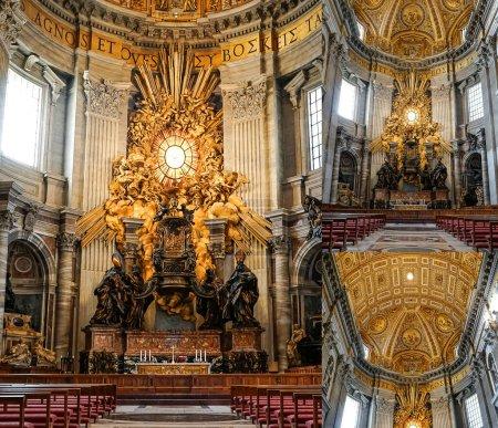 Photo pour VILLE DU VATICAN, ITALIE - 10 AVRIL 2020 : collage de l'ancienne basilique st peters avec des peintures de michelangelo - image libre de droit