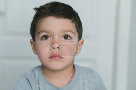 Photo pour Cher tout-petit garçon penser à la maison - image libre de droit
