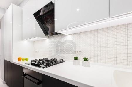 Photo pour Cuisine moderne noire et blanche, design épuré minimaliste - image libre de droit