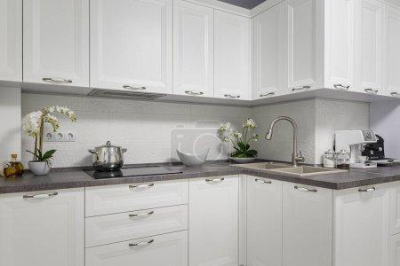 Photo pour Cuisine blanche moderne, propre et minimaliste, vue de face. - image libre de droit