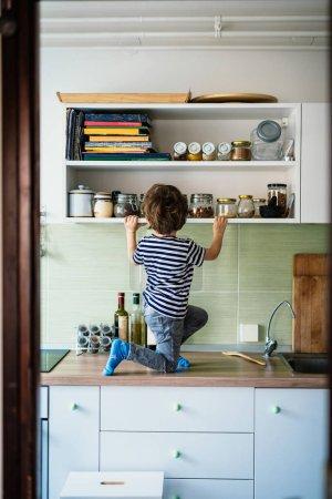 Photo pour Garçon dans la cuisine. Concept de maison seule. - image libre de droit