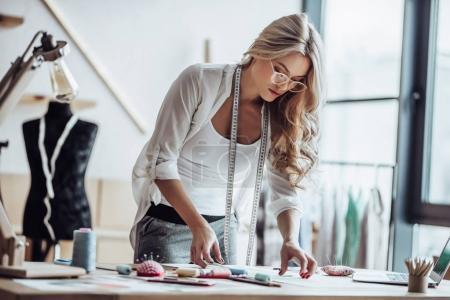 Photo pour Une créatrice de mode séduisante travaille dans son atelier. Femme élégante en train de créer une nouvelle collection de vêtements. - image libre de droit