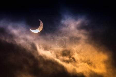 Photo pour L'éclipse solaire partielle avec fond noir. - image libre de droit