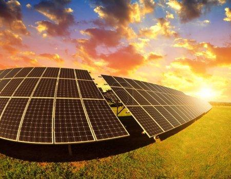 Foto de Paneles fotovoltaicos al atardecer. Central eléctrica que utiliza energía solar renovable . - Imagen libre de derechos