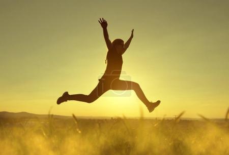 Foto de Mujer joven felicidad salto alto al atardecer. - Imagen libre de derechos