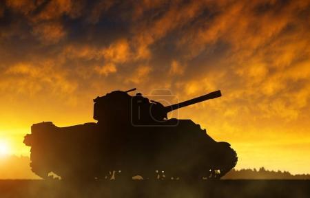 Photo pour La silhouette du réservoir au coucher du soleil . - image libre de droit