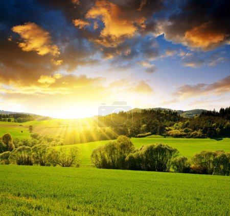Photo pour Paysage printanier au coucher du soleil, Campagne rurale en République tchèque . - image libre de droit