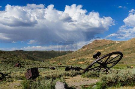Photo pour Matériel minier abandonné dans la ville fantôme américaine de Bodie, à la frontière du Nevada en Californie - image libre de droit
