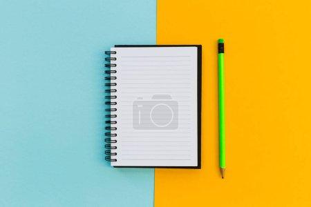 Photo pour Minimal papeterie éducation ordinateur portable frais généraux sur fond lumineux - image libre de droit