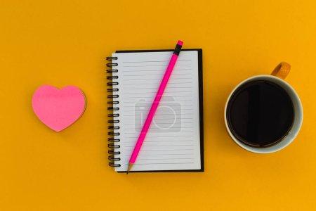 Photo pour Minimal papeterie éducation notebook frais généraux avec coeur d'amour café sur fond lumineux - image libre de droit