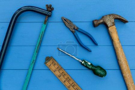 Photo pour Vieux marteau et outils de bricolage frais généraux sur fond de bois - image libre de droit