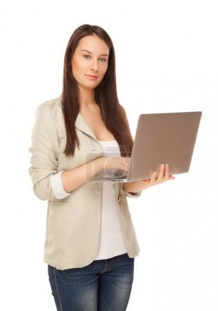 Photo pour Belle jeune femme en vêtements décontractés travaillant sur ordinateur portable isolé sur blanc - image libre de droit