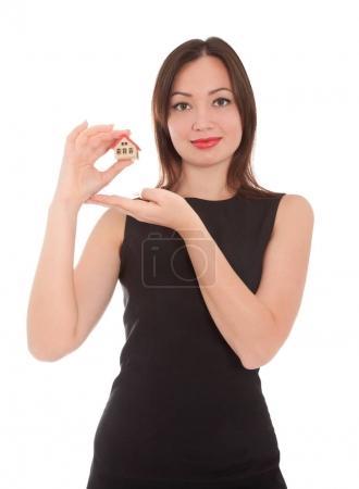Foto de Hermosa mujer de negocios sosteniendo una casa de juguete aislada en blanco. Concepto empresarial . - Imagen libre de derechos