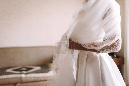 Photo pour Portrait de mariée se préparant au jour du mariage à la maison - image libre de droit