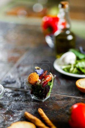 Photo pour Salade de fromage frit. Carottes au four, betteraves, mélange à salade, arugula, aubergine, tomates cerises, mozzarella, fromage de brie, câpres, huile d'olive - image libre de droit