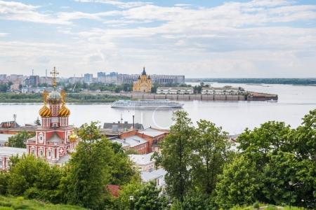 Nizhny Novgorod view of the arrows and the walking motor ship