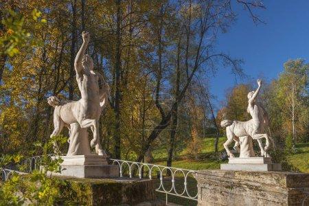 Photo pour Pont Centaurs dans le parc Pavlovsk, jardin et réserve de parc dans le quartier de Saint-Pétersbourg, Russie - image libre de droit