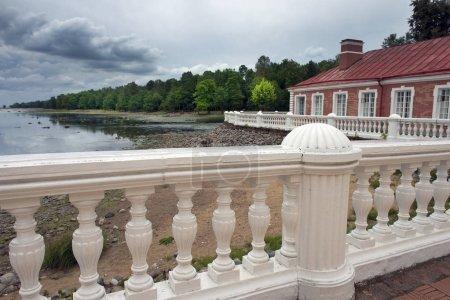 Photo pour Vue sur le golfe de Finlande (mer Baltique) près du palais Mon Plaisir à Pertergof, Saint-Pétersbourg, Russie - image libre de droit