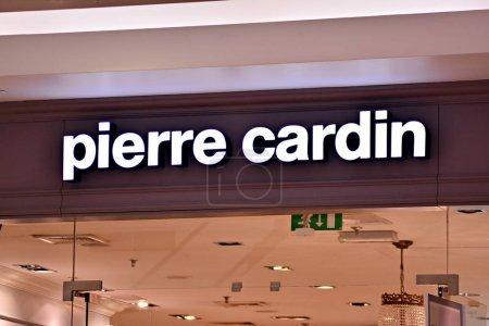 Photo pour Varsovie, Pologne. 16 mars 2018. Signez Pierre Cardin. Panneau d'entreprise Pierre Cardin . - image libre de droit