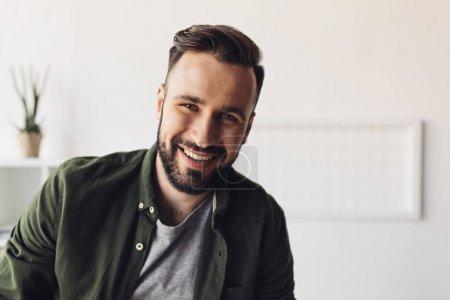 Foto de Primer plano retrato de guapo con barba hombre sonriendo a cámara - Imagen libre de derechos