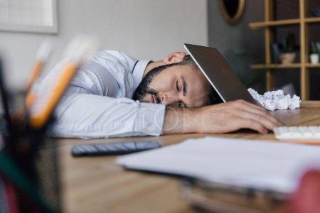 Photo pour Vue latérale d'homme d'affaires fatigué, dormir au milieu de travail au bureau - image libre de droit