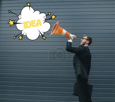 Photo pour Homme d'affaires excité dans des lunettes tenant la mallette et criant dans le cône de circulation - image libre de droit