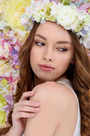 Nahaufnahme Porträt einer sinnlichen jungen Frau im Blumenkranz