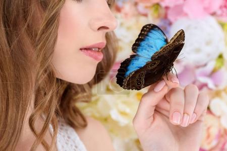 Photo pour Plan recadré de jeune femme avec papillon à portée de main - image libre de droit