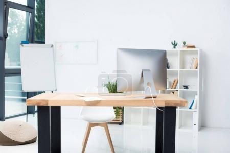 Photo pour Lieu de travail moderne élégant avec ordinateur de bureau - image libre de droit
