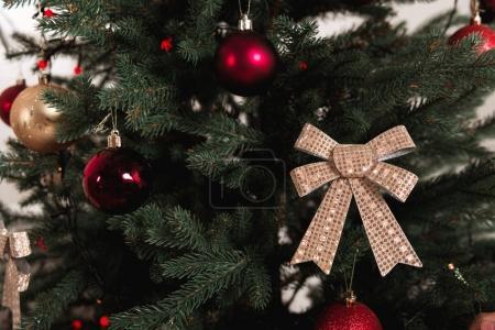 Photo pour Gros plan de l'arbre de Noël décoré - image libre de droit