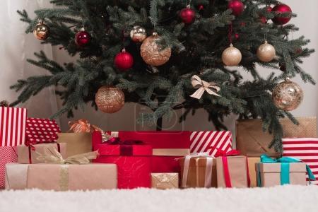 Photo pour Divers cadeaux sous le beau sapin de Noël - image libre de droit