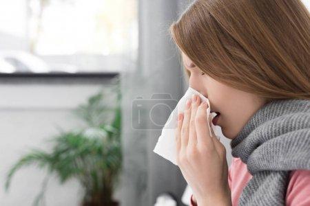 Photo pour Fille malade essuyant le nez et couché dans le lit à la maison - image libre de droit