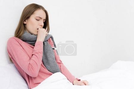 Photo pour Fille malade ayant la toux et couché dans le lit avec thermomètre - image libre de droit
