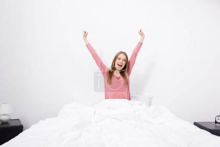 Photo pour Belle jeune femme, qui s'étend dans son lit le matin - image libre de droit