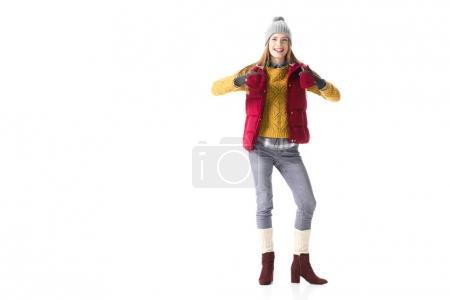 Foto de Sonriente a joven en ropa de invierno con los pulgares hacia arriba, aislado sobre blanco - Imagen libre de derechos