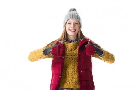 Foto de Mujer joven alegre en ropa de invierno con los pulgares hacia arriba, aislado en blanco - Imagen libre de derechos