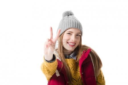 Photo pour Jeune femme en vêtements d'hiver montrant signe de victoire, isolé sur blanc - image libre de droit
