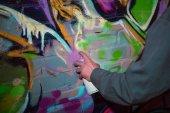 """Постер, картина, фотообои """"обрезанное вид уличного художника граффити картины с аэрозольной краской на стене в ночное время"""""""