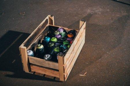 Photo pour Boîtes avec peinture aérosol dans une boîte en bois - image libre de droit