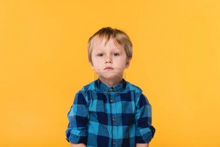 Photo pour Portrait de petit garçon en chemise regardant caméra isolée sur jaune - image libre de droit