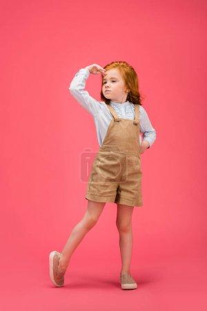 Photo pour Adorable petit enfant regardant loin isolé sur rose - image libre de droit