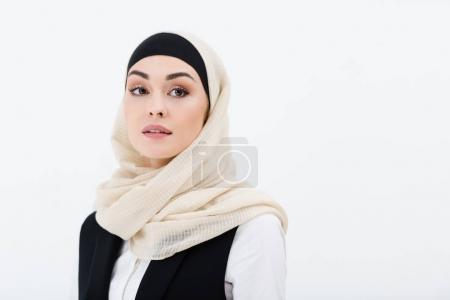 Photo pour Portrait de femme musulmane en hijab à la recherche de suite isolé sur fond gris - image libre de droit